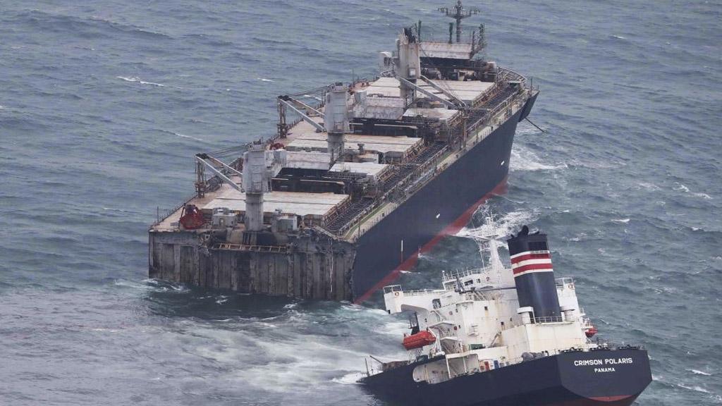 Mirá el video del buque que un temporal partió en dos en Japón