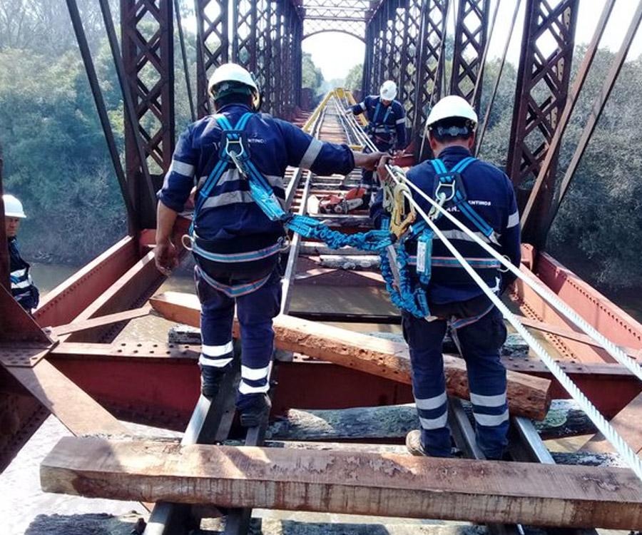 Avanzan los trabajos de reparación en el histórico puente sobre el río Aguapey