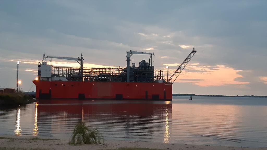 Ya está en Uruguay la barcaza que había alquilado YPF para exportar gas de Vaca Muerta
