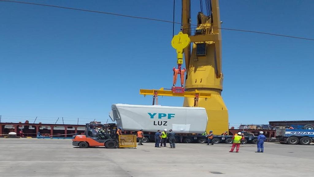 Descarga en Bahía Blanca de componentes para un nuevo parque eólico de YPF Luz