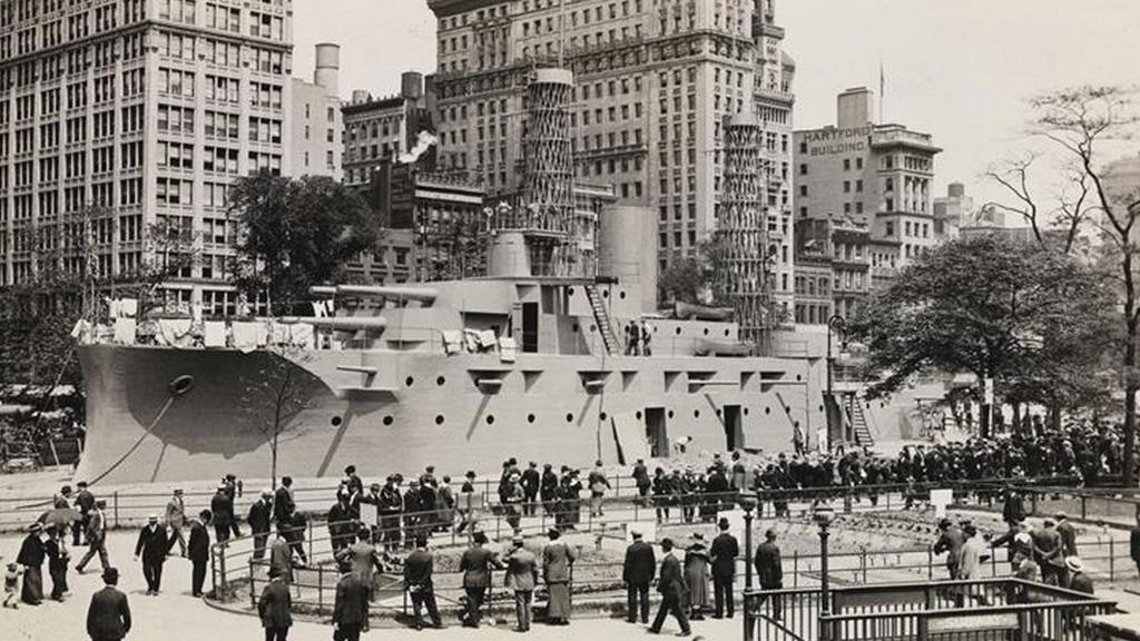Cuando Nueva York tuvo un enorme barco de guerra en pleno centro de Manhattan