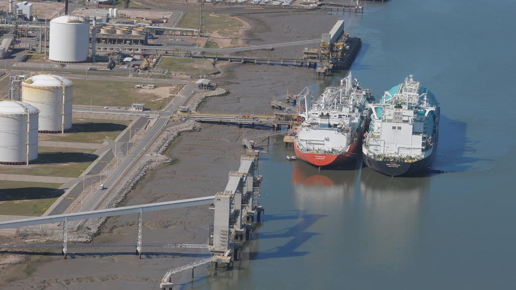 Argentina comienza a definir si trae otro buque regasificador para pasar el invierno