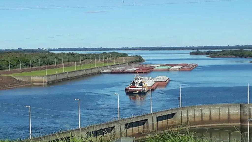 Operación Ventana de Agua: barcazas paraguayas comienzan a pasar por Yacyretá