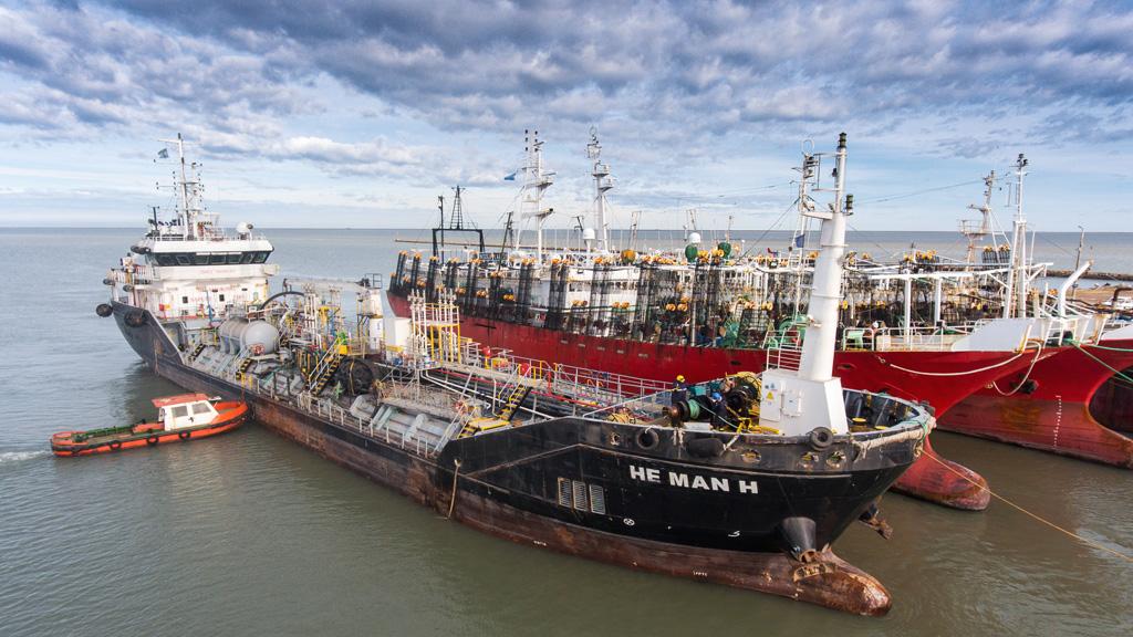 """Jornada histórica en Puerto Rosales por el ingreso de un buque tanque al """"Muelle Corrido"""""""